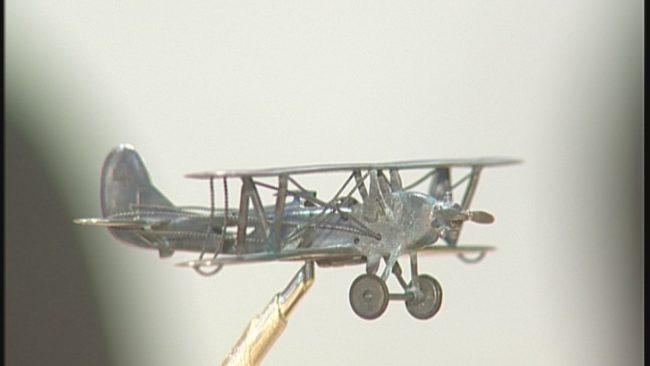 серебряная копия самолёта