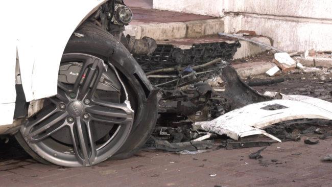 avarija u zagsa 650x366 - В центре Витебска автомобиль врезался в ограду церкви (видео)