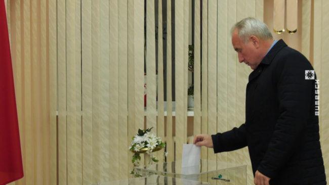 golosovanie gubernatora 650x366 - В Витебске 17 ноября одним из первых проголосовал Николай Шерстнёв (видео)