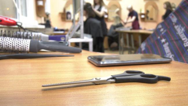 besplatnye prichjoski 650x366 - Молодые парикмахеры Витебска перед Новым годом стригут клиентов бесплатно (видео)