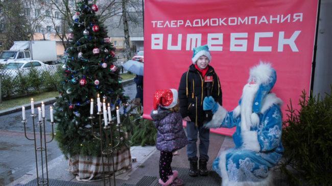 jolki ot trk vitebsk 650x366 - Ёлки в подарок от Телерадиокомпании «Витебск» (видео)