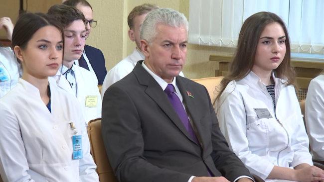lukashenko prjamaja linija 650x366 - Александр Лукашенко провёл встречу со студентами медуниверситетов (видео)