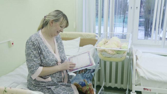 roddom novyj god 650x366 - Дед Мороз и Снегурочка поздравляют родителей в роддоме Витебска (видео)
