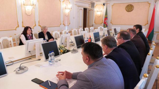 posol 650x366 - Посол Великобритании Жаклин Перкинс посетила Витебск (видео)