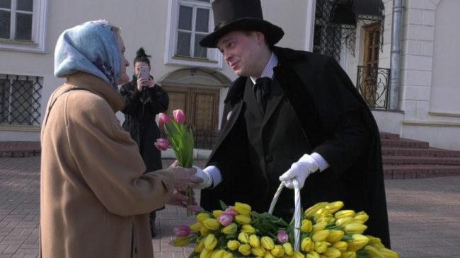 radio 650x365 - Ведущие «Радио-Витебск» 8 Марта дарили женщинам цветы (видео)