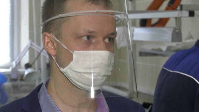 shhitok 650x366 - В Витебске наладили производство специальных щитков для медиков (видео)