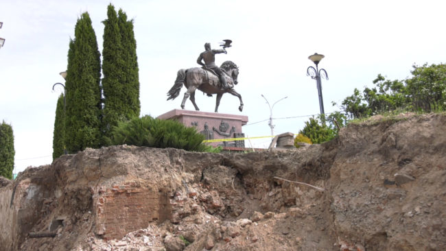 raskopki gostinica 650x366 - В центре Витебска обнаружены подвалы старинных зданий (видео)