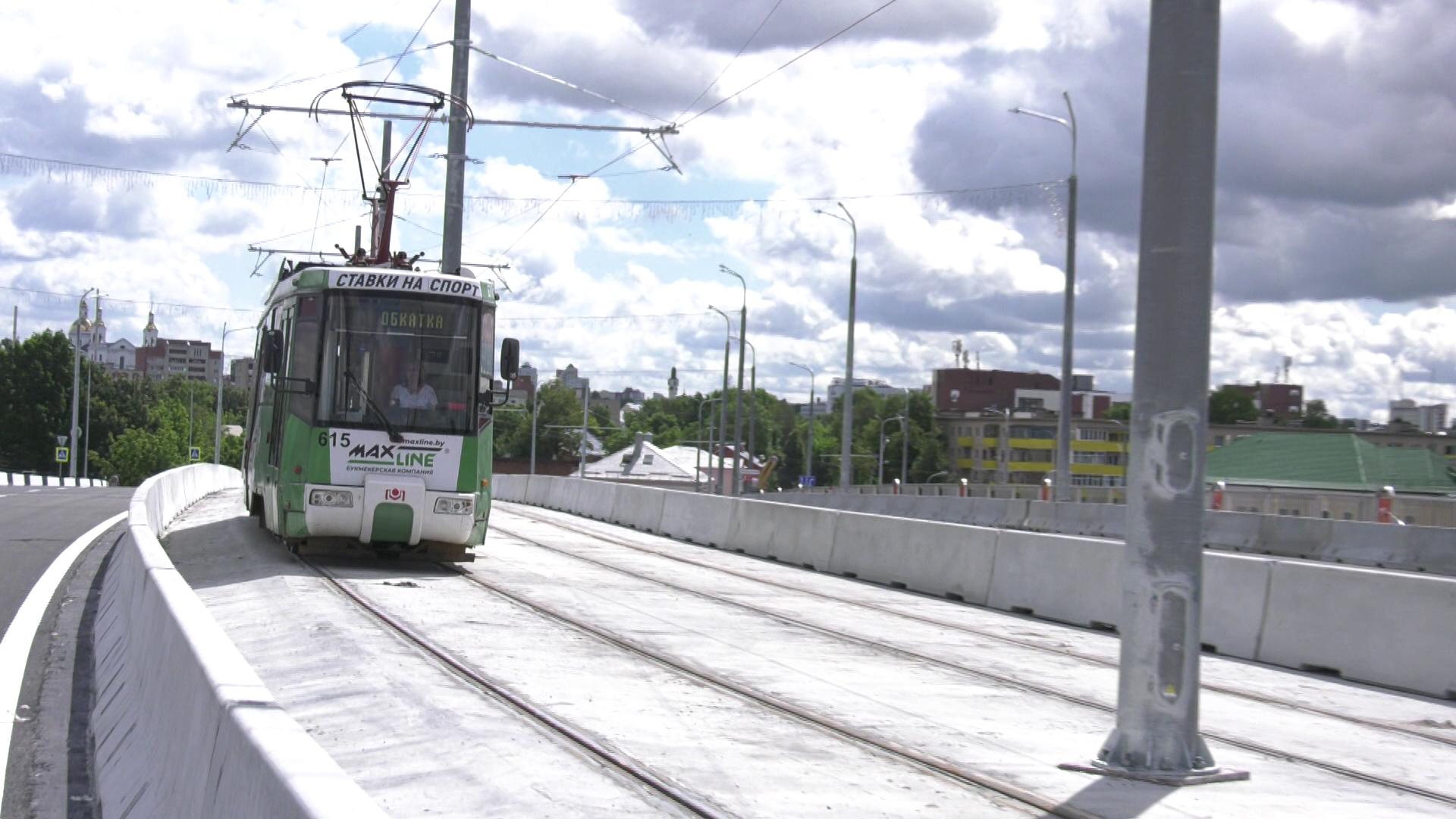 tramvaj po mostu - Полоцкий путепровод в Витебске готовят к открытию (видео)