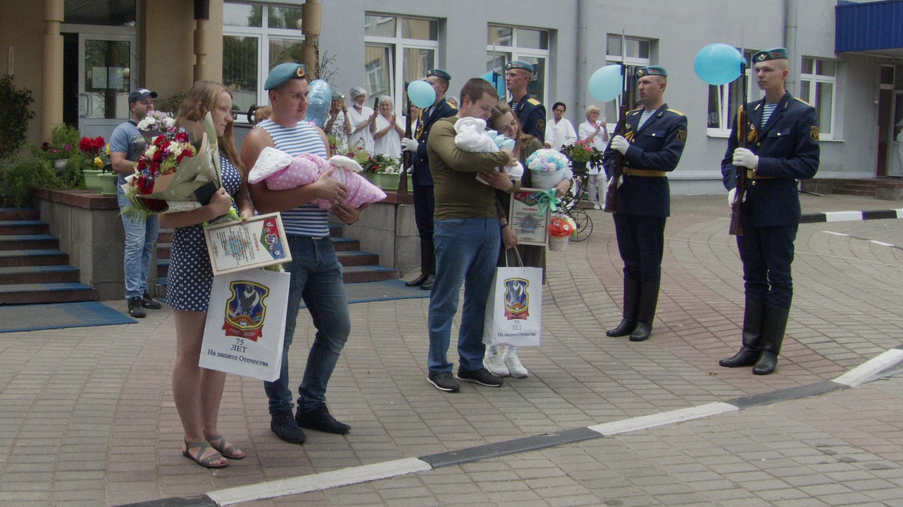vdv v roddome 1 - Витебские десантники устроили праздник в роддоме (видео)